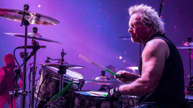 Shockmagazin: Beperelte zenésztársait az Aerosmith dobosa, mert a banda nem engedi színpadra