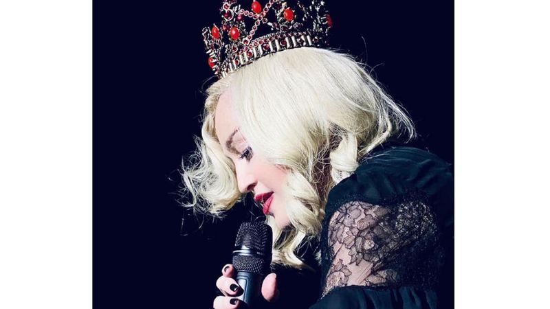 Koronát megigazít, továbbmegy – írta ehhez a fotóhoz a FB-on Madonna.