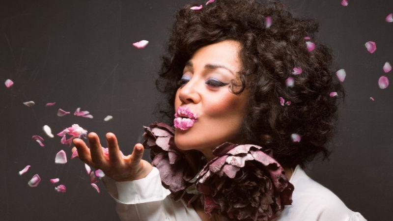 A feketeöves portugál énekesnő, aki az első koncertjén minden elfelejtettt