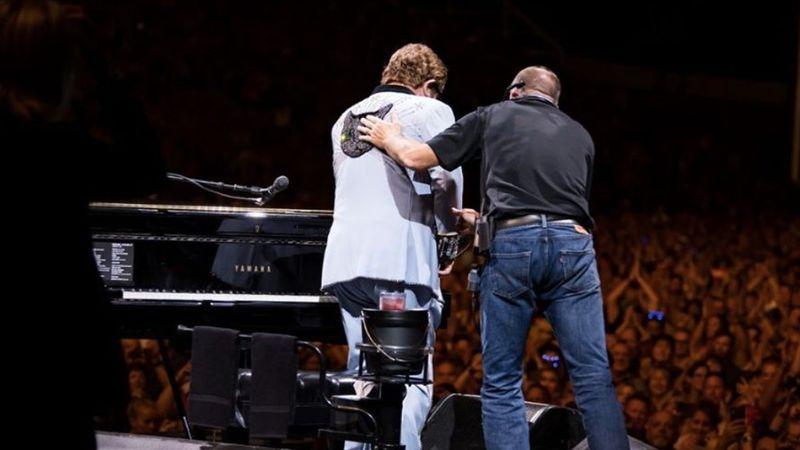 Koncert közben ment el Elton John hangja