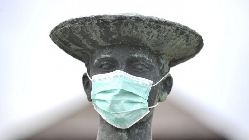 gészségügyi maszk Somogyi Árpád a Pásztorfiú szobra című alkotásán a hortobágyi vásártéren (MTI)