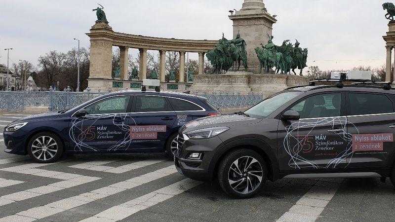 Két autó járja Budapest utcáit – viszik neked a zenét, nyisd ki az ablakod!
