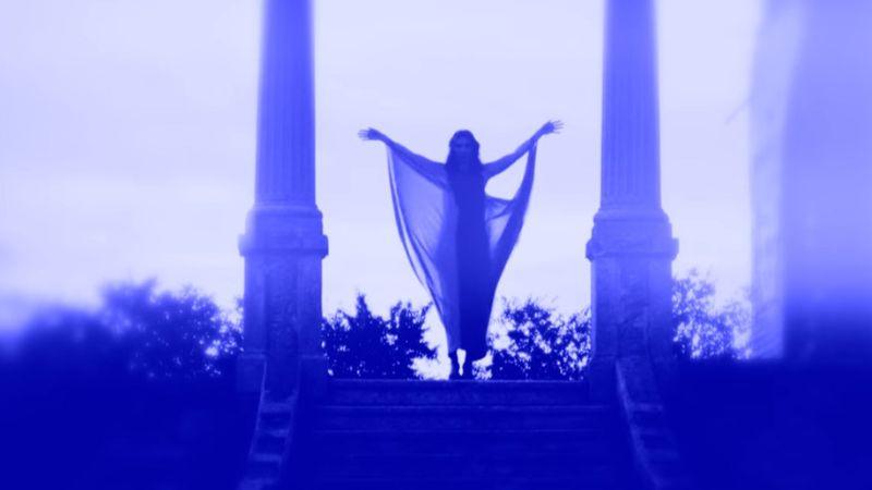 Rúzsa Magdi ma kékbe öltözött