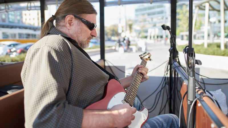 Benkő Zsolt blues gitáros a költészet napi rendezvényen (Fotó: Ferencváros)