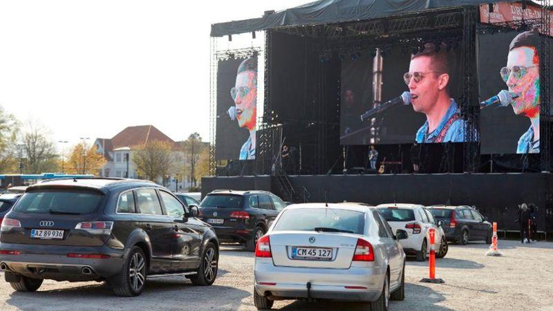 Dániában az autós mozik példájára autós koncerteket tartanak