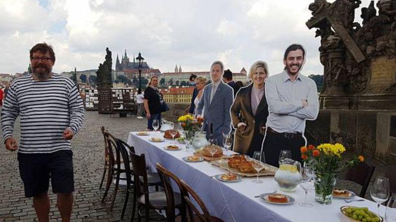 Óriási terített asztal lesz a Károly-híd – így zárják a karantént a csehek