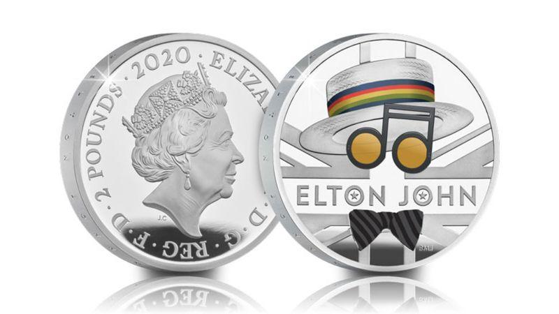 Elton John a Queen nyomdokába lépett