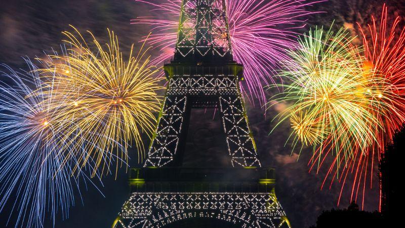 Tűzijáték Párizsban – népünnepély nép nélkül