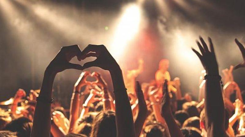 Bár még lennének koncertjei, vírusérintettség miatt ma bezár a Kobuci