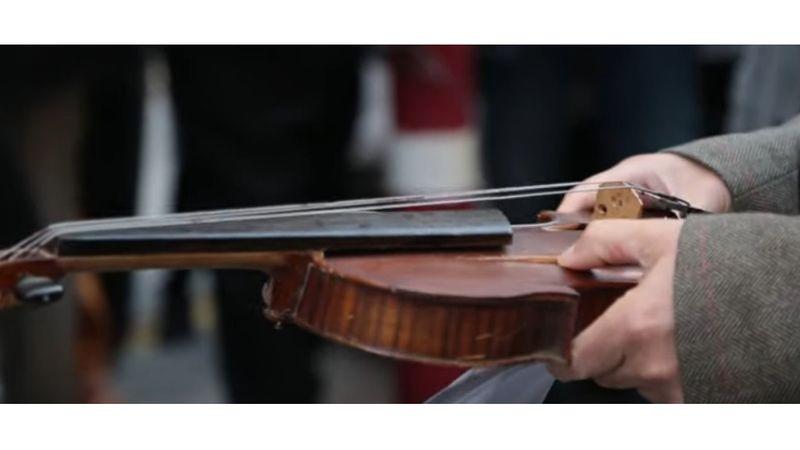 Eltörött a hegedűm... – a pályázati pénzek újraosztását követelik a cigányzenészek