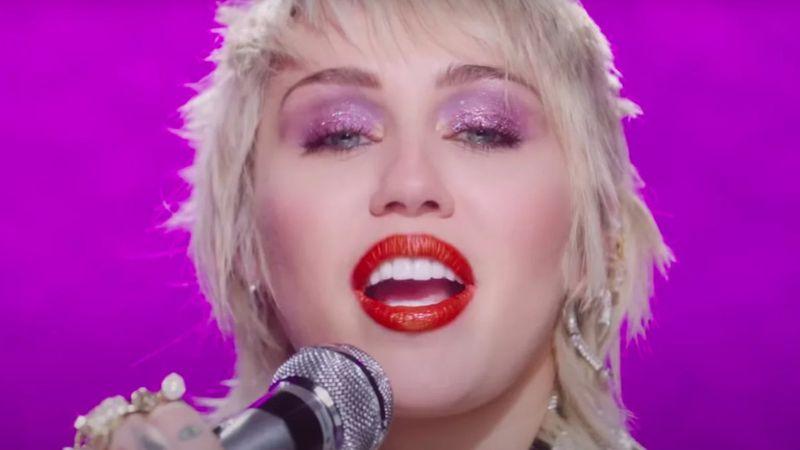 Miley Cyrus műanyagból csinálta meg a Blondie üvegszívét