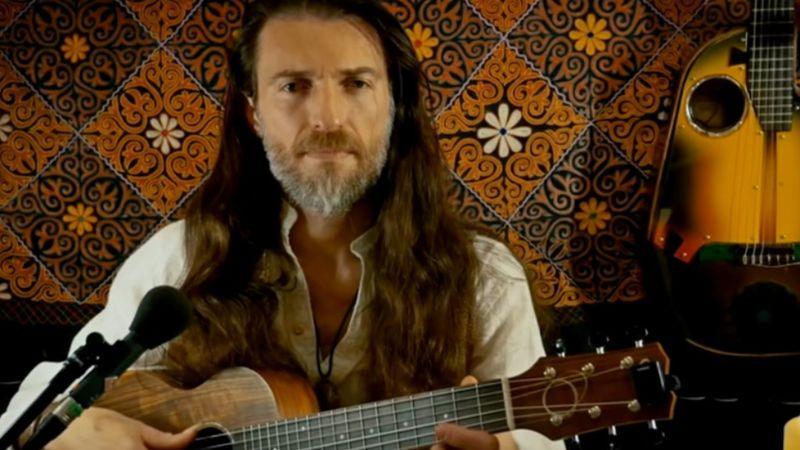 Budapesten ad koncertet a gipsy trubadúr, aki úgy használja hangszerét, mintha egy teljes zenekar lenne
