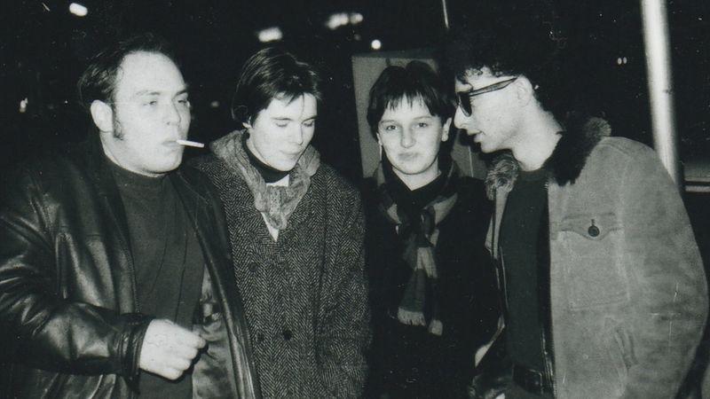Rácz Péter, Enzsöl Kata, Schumayer Eszter és Bihari Balázs az Erzsébet söröző előtt 1990-ben