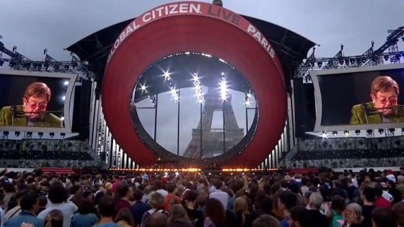 Elton John mégis színpadra állt