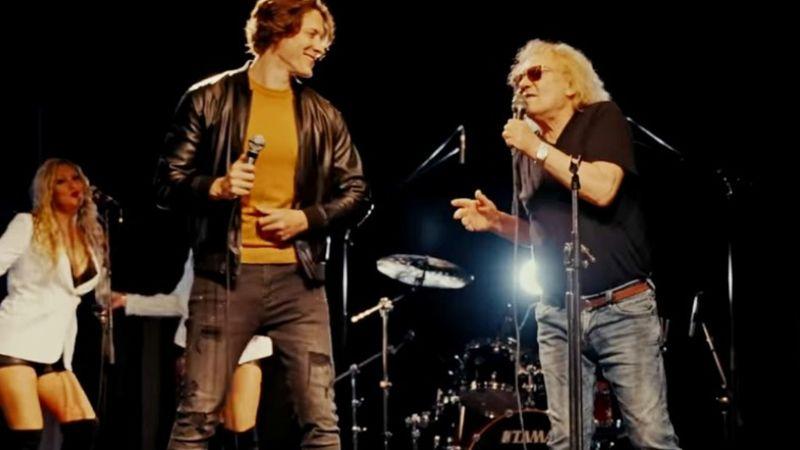 Egy hajóban eveznek: egykori zenésztársa fiával énekel duettet Charlie