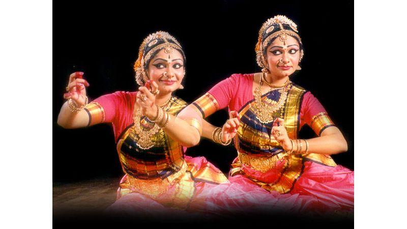 Ingyenes indiai táncest az egyik leghíresebb táncossal és csoportjával