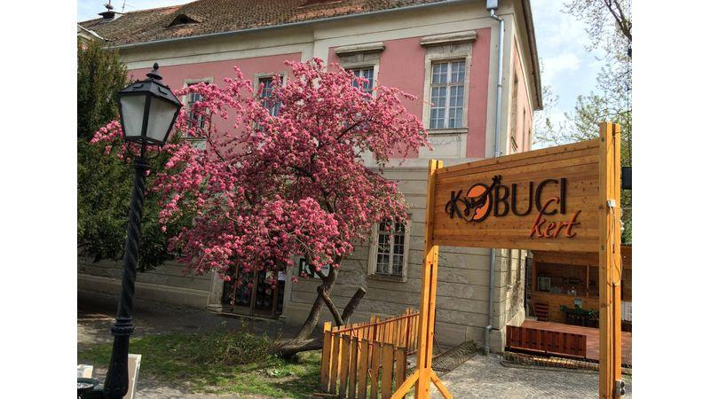 Ezzel vár a Kobuci kert!