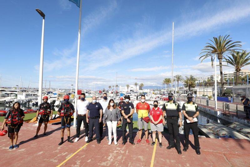 Un total de 35 efectivos de servicios de emergencias participa en un ejercicio de salvamento marítimo en el Puerto Deportivo Virgen del Carmen