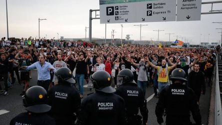 espagne, tensions, barceloneils, pro, independance, manifestants, independantistes, policiers, aeroport, rassembles, bloquer, reaction, condamnation