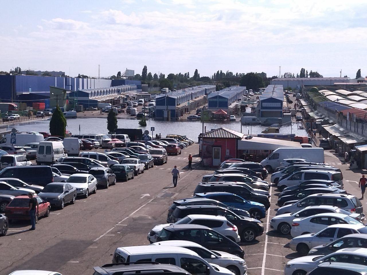 "В Одесі злива наробила лиха на ринку ""7 кілометр"": утворилось величезне озеро (фото)"