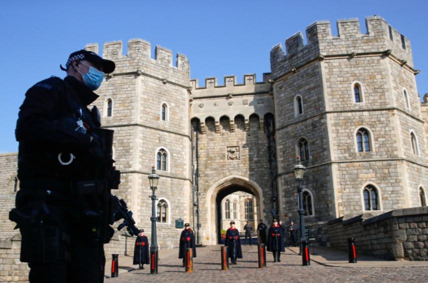 Автоматники, блокпости, сталеве кільце: що відбувається коло замку, де поховають принца Філіпа (фото)