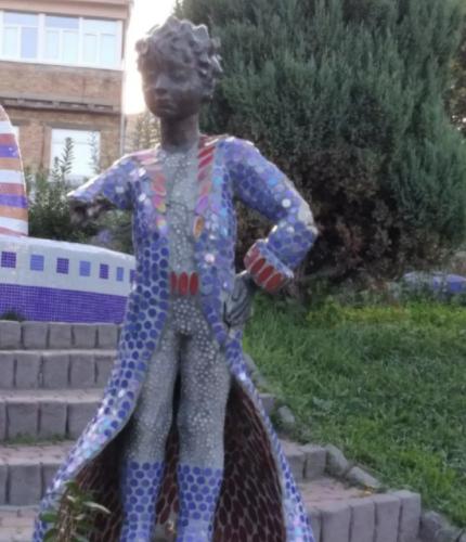 У Києві вандали понівечили популярну скульптуру: відірвали руку із шаблею (фото)