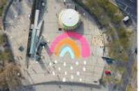 Zeichen gegen Querdenker-Demos: Ein Regenbogen leuchtet auf dem Stuttgarter Marienplatz