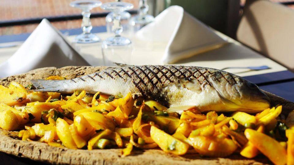 Déguster un beau poisson provençal en bord de mer