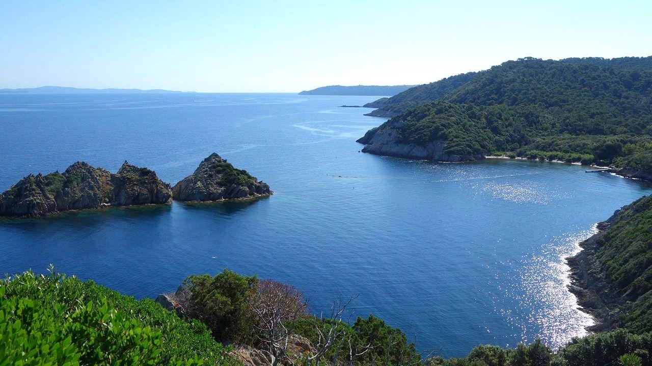 Vue panoramique de l'île de Port Cros - plage de la Palud