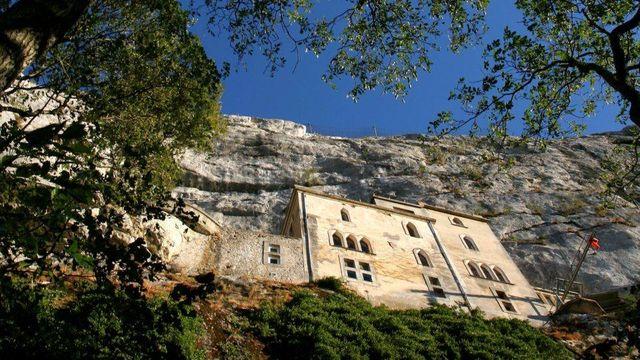 Accrochée à la Sainte Baume, la Grotte de Marie Madeleine