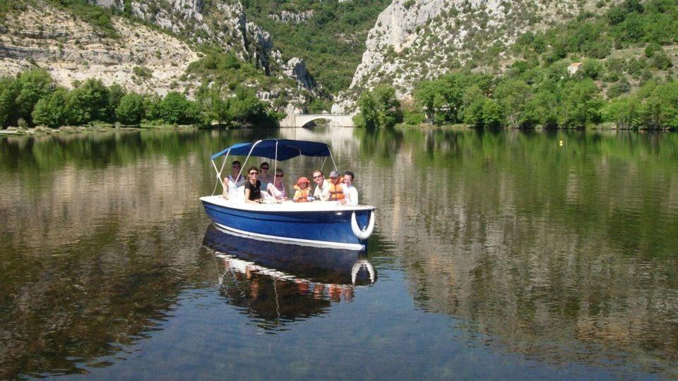 Balade en bateau électrique à Montmeyan