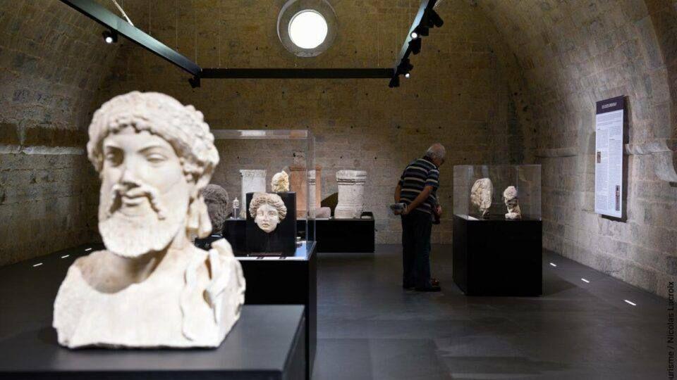 Les expositions à l'intérieur de l'abbaye attirent de nombreux visiteurs chaque année.