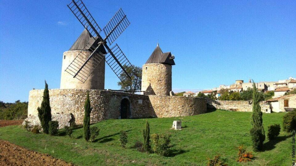 Les moulins de Régusse mesurent tous les deux 6 mètres de hauteur !
