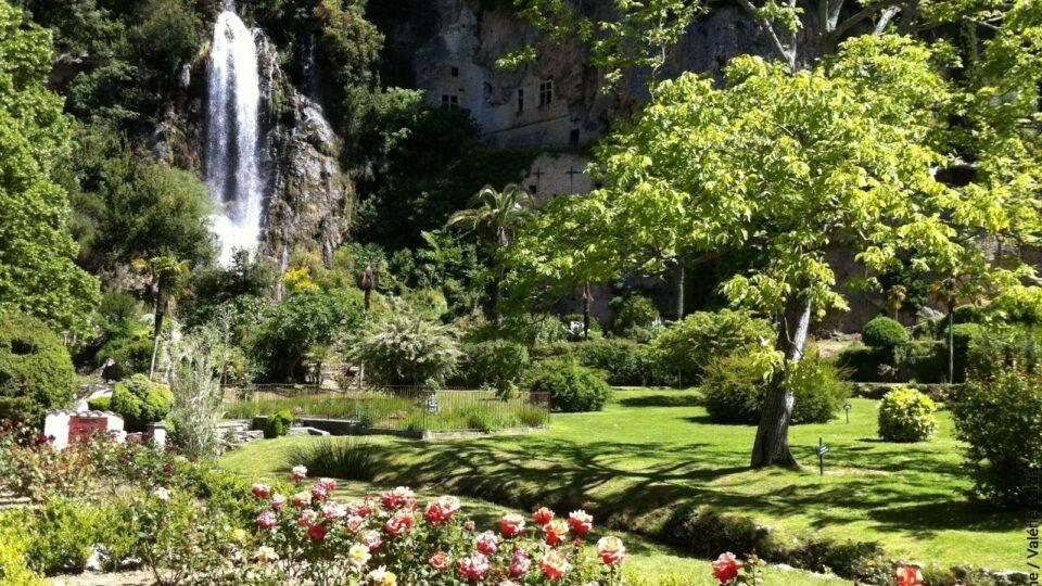 Le Jardin des grottes durant les beaux jours.