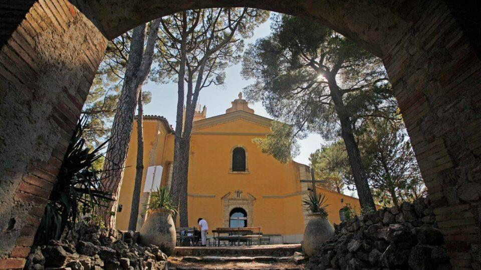 Arrivée face à l'entrée du sanctuaire de Notre-Dame-de-Grâces de Cotignac .