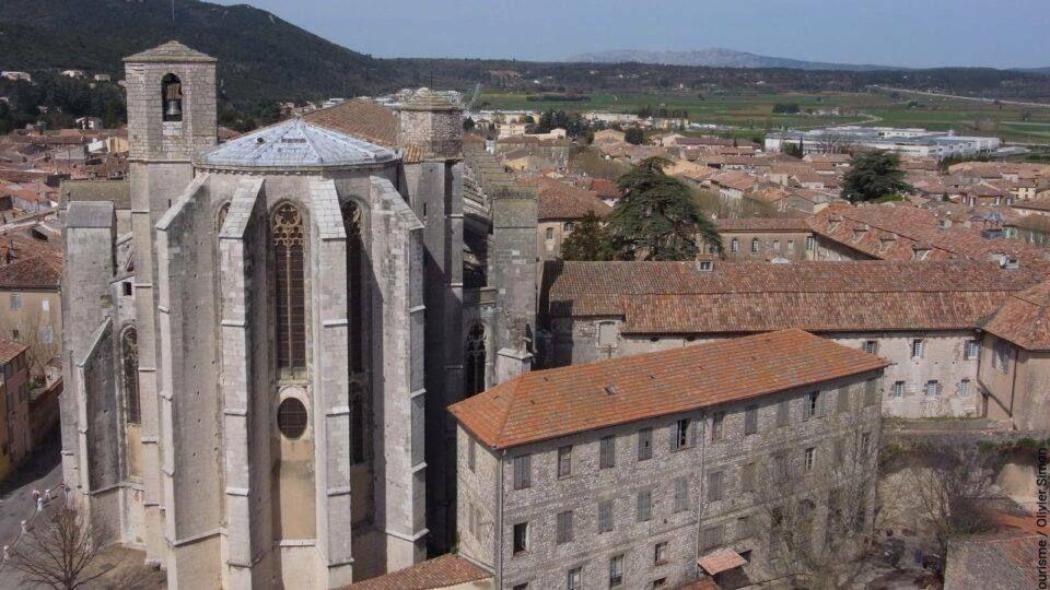 La grandeur de la basilique domine St Maximin-la-Sainte-Baume.