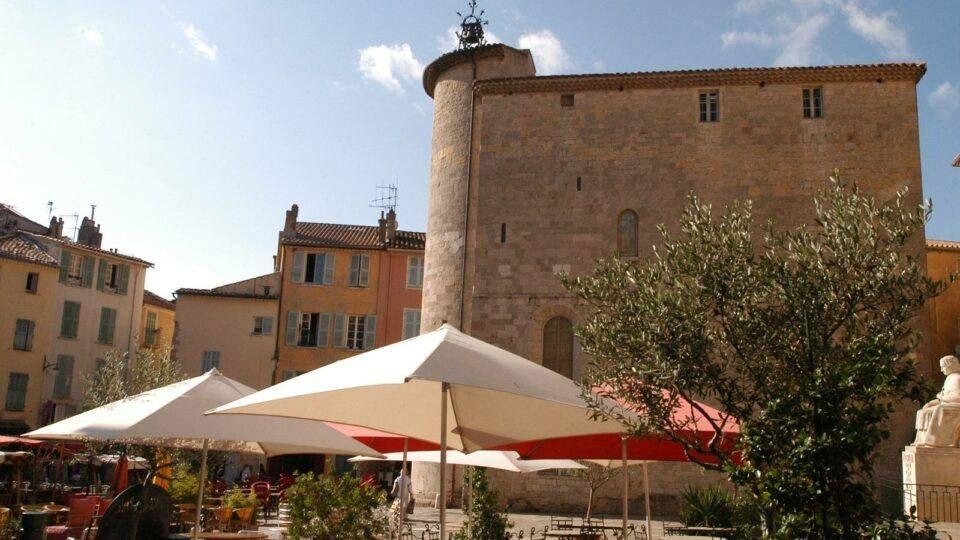 La tour des Templiers est au cœur de l'activité du centre ville de Hyères.