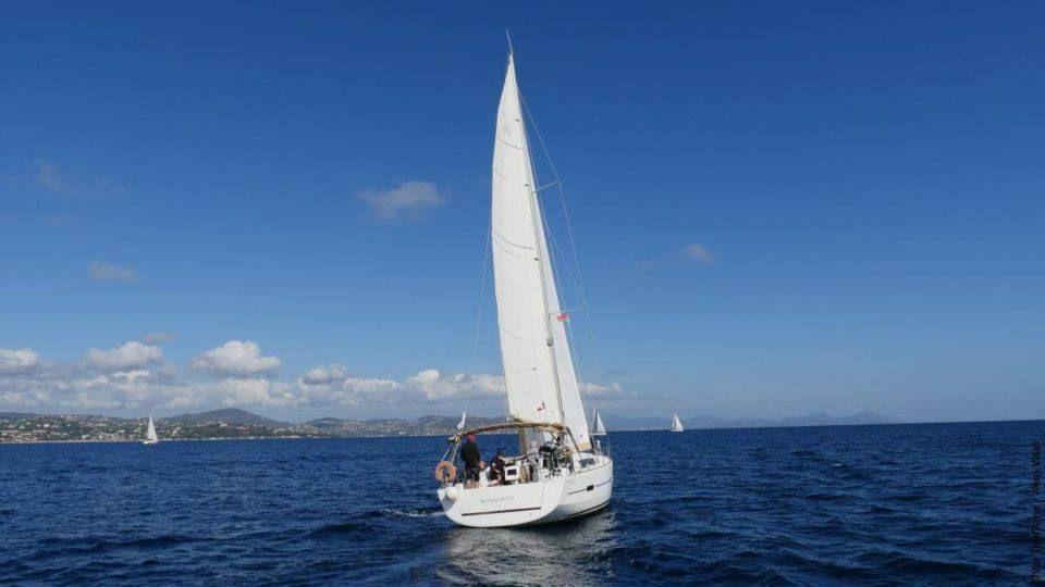 Voilier sur la mer Méditerranée au large de Saint-Tropez.