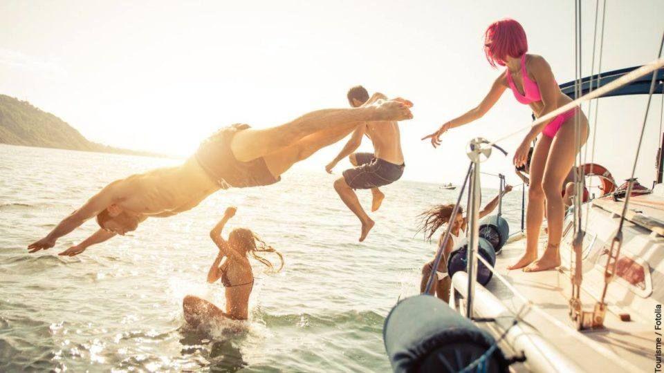 Escapade et plongeons depuis un voilier.