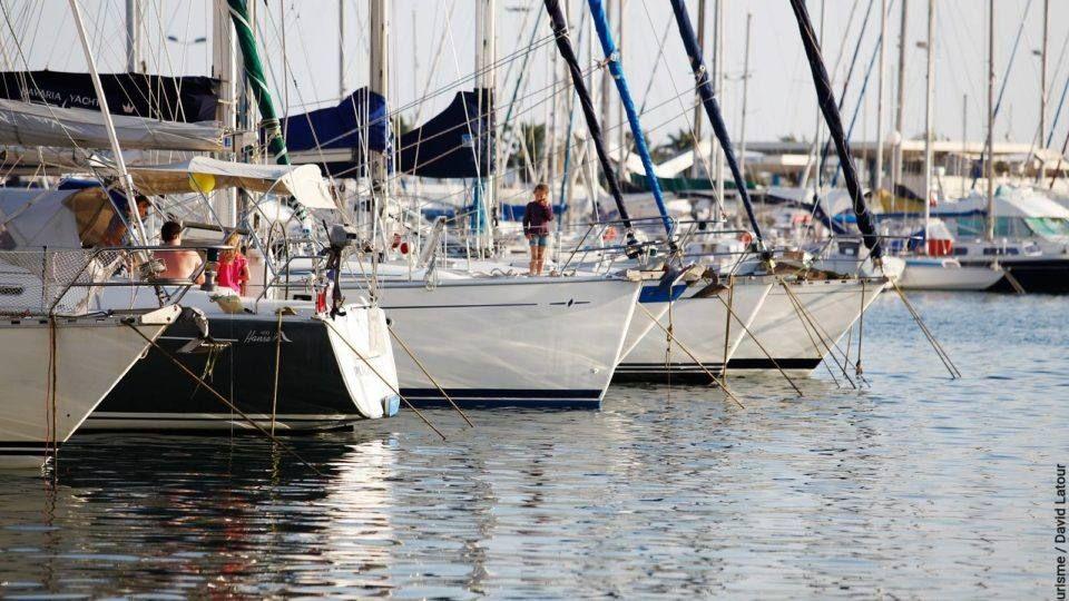 Bateaux à quai au port de Toulon.