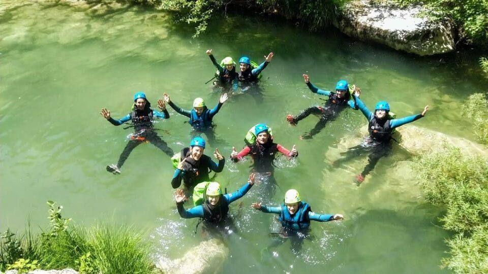 Un groupe de canyoning
