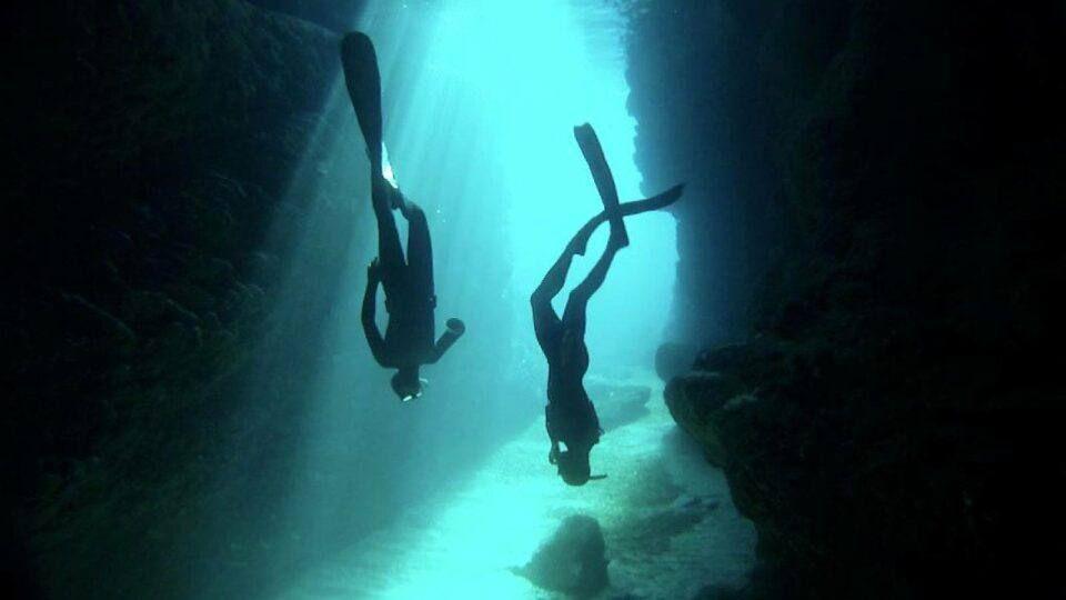Plongeurs en apnée dans une grotte