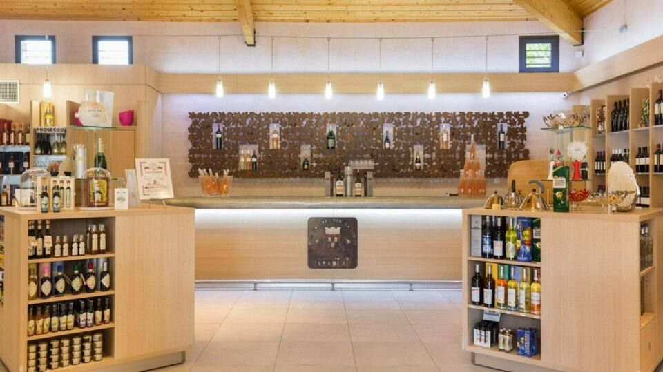 La boutique Les Vignerons de Taradeau propose également une grande sélection de produits locaux.