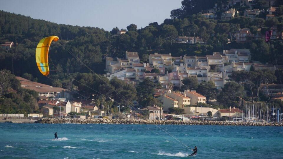 Le spot de Saint-Cyr offre des conditions optimales pour le kitesurf