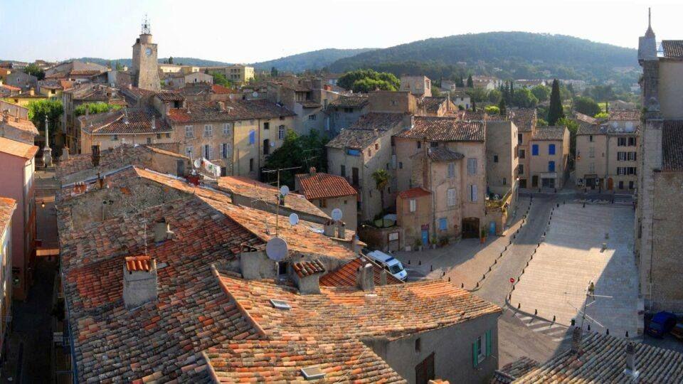 Rues et toits du village de Lorgues