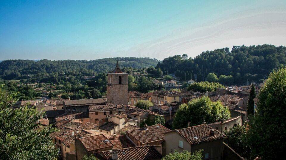 Vue sur le clocher de l'église et les petites ruelles de Barjols