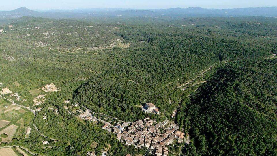 Le village d'Esparron-de-Pallières vu du ciel