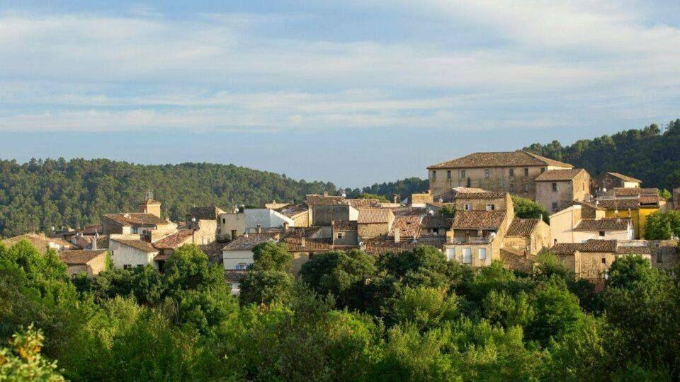 Vue sur le petit et charmant village de Sillans-la-Cascade.