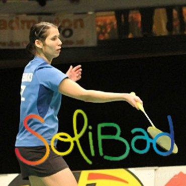 Kinderen helpen met badminton