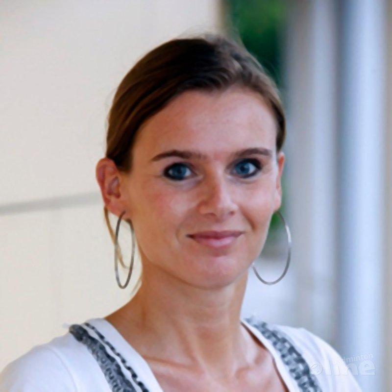 Een mooie jonge vrouw waarbij je tong op je schoenen valt - Badminton Nederland